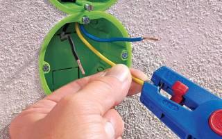 Как подключить провод к розетке?
