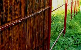 Чем покрасить металлические столбы для забора
